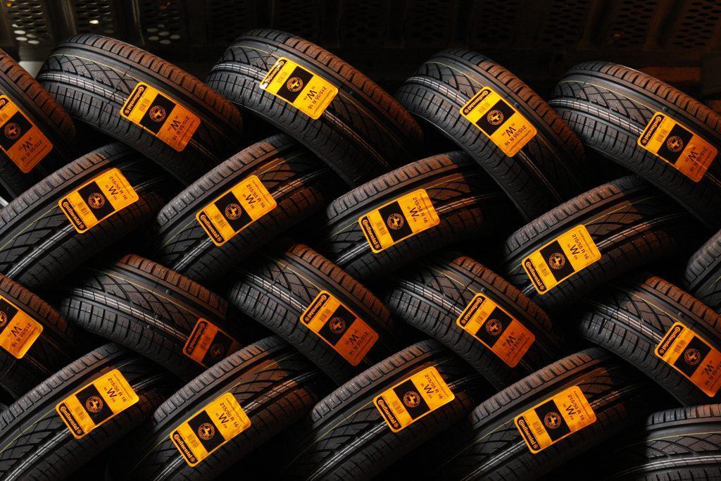 много шин для автомобилей