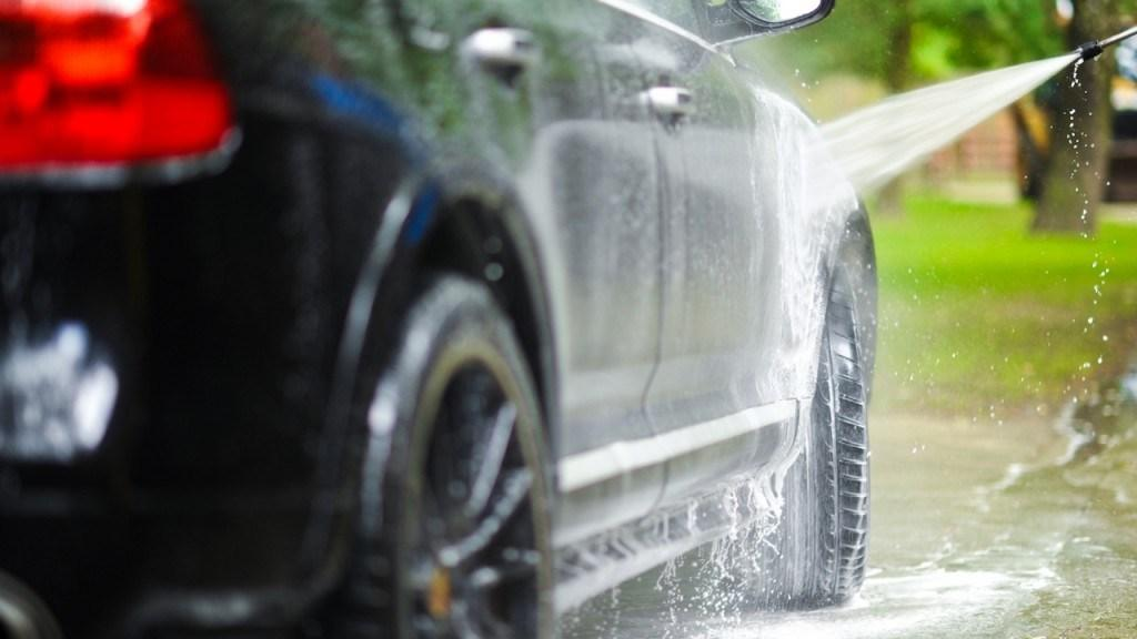 best time and temperature to wash car