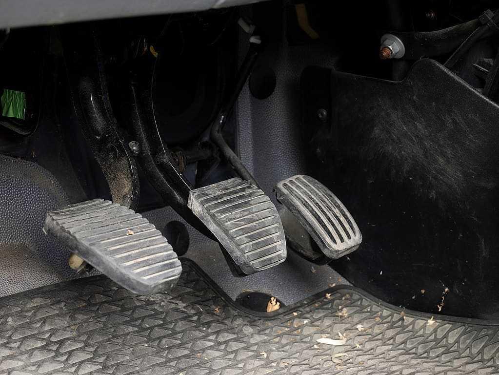 brake fluid leak symptoms